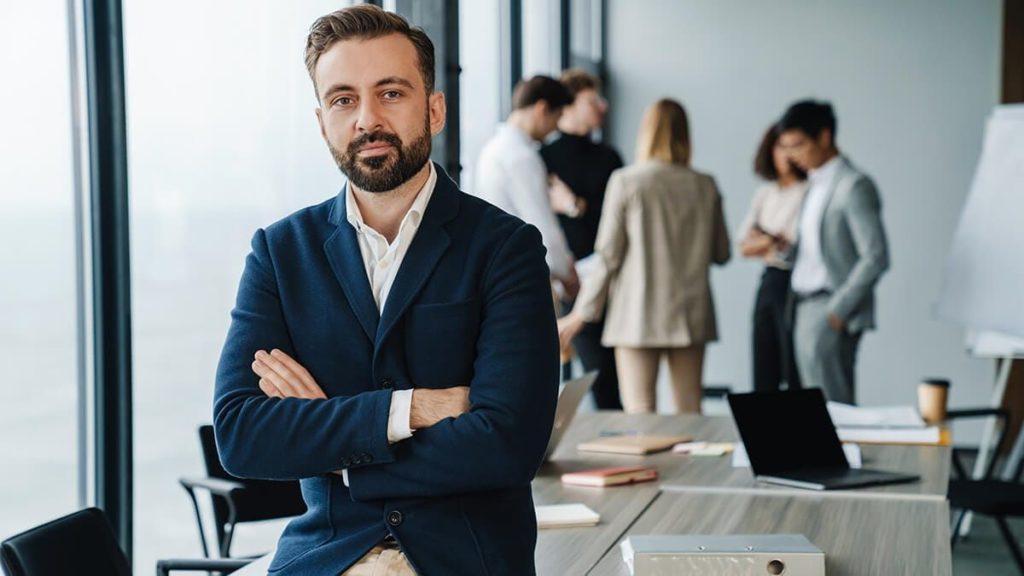 Foto de Fernando en su oficina